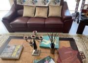 Photo de l'annonce: Salon en cuir avec 2 tables et tapis et lampe